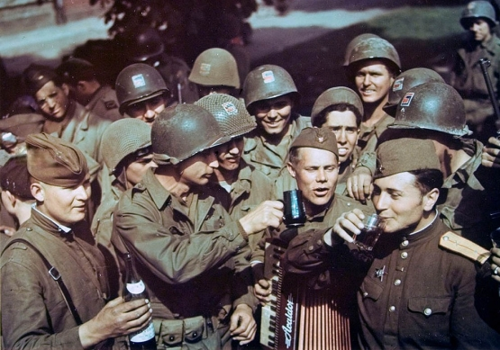 American GIs Meet the Reds on the Elbe <BR><br />(Newsweek & Yank Magazines, 1945)